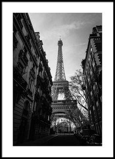 Street Of Paris Poster i gruppen Posters / Fotokonst hos Desenio AB Black And White Aesthetic, Black And White Posters, Paris Black And White, Desenio Posters, Poster Photo, Buy Posters Online, Prints Online, Country Wall Art, Black White