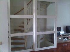 Moderne glazen taatsdeur in doorzichtig glas tussen inkom en woonkamer glazen deur woonkamer - Glazen ingang ...