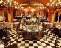 Salón con mantelería oscura y centros de mesa combinados altos y bajos Table Settings, Events, Table Decorations, Furniture, Home Decor, Bass Guitars, Spaces, Centerpieces, Mesas