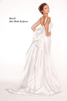 b0f17910e774 15 fantastiche immagini su Iconic Dresses Collection