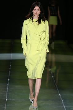 Fausto Puglisi Spring 2015 RTW – Runway – Vogue, trench verde lima. Milán fashion week, mfw. Primavera-verano 2015. Green trench.