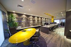Gestão de espaços corporativos: 6 ideias e possibilidades para renovar a arquitetura corporativa Corporate Office Design, Modern Office Design, Office Interior Design, Office Interiors, Cool Office Space, Open Office, Small Office, Google Office, Office Walls