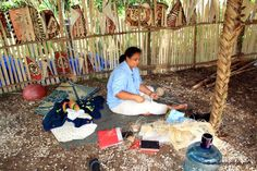 Tongan Craft Worker, Tonga. Project Ideas, Art Projects, Tonga, Crafts, Manualidades, Ideas For Projects, Handmade Crafts, Craft, Arts And Crafts