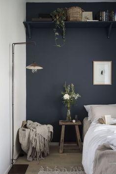 News in the MSHB House! my scandinavian home: small guest bedroom with dark blue walls, linen bedding and a high shelf.my scandinavian home: small guest bedroom with dark blue walls, linen bedding and a high shelf. Small Guest Rooms, Guest Bedrooms, Dark Bedrooms, Bedrooms Ideas For Small Rooms, Dark Blue Walls, Dark Blue Bedroom Walls, Dark Cozy Bedroom, Maroon Bedroom, Light Bedroom