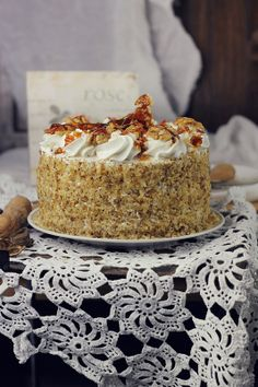 Egyptian cake with walnuts Just Desserts, Delicious Desserts, Hungarian Cake, Cookie Recipes, Dessert Recipes, Romanian Desserts, Best Buttercream Frosting, Bakery Cafe, Pie Cake