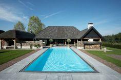 Luxe zwembad bij de woonboederij. Dit prachtige zwembad geeft de woonboerderij de uitstraling van een luxe vakantieoord. Met een zwembad in je tuin voelt elke warme zomer als vakantie. Dit bad is gemaakt van polyproplyeen. Het bad heeft een overloop, onderwaterlampen en een rechte inlooptrap. C-quel