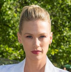JANUARY JONES: Vom Meeting direkt zum Business Lunch? Die Aktrice zeigt, wie es…
