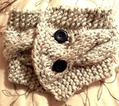 Cabled Cowl. Bulky Yarn. Lion Brand.