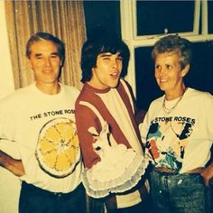 Ian Brown e i suoi genitori con la t-shrt dei Stone Roses Stone Roses T Shirt, Great Photos, Cool Pictures, 90s Fancy Dress, Peel Sessions, Johnny Marr, Music X, Noel Gallagher, Band Camp