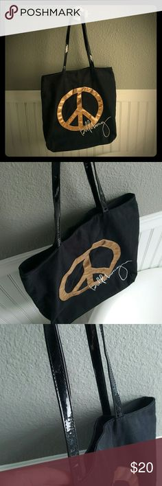Great Condition Billabong Tote! Selling a Great Condition Billabong Tote! This tote is super cute!  Canvas tote, has a magnetic closure, and pockets on the inside. Billabong Bags
