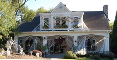 Halloween Yard Decorations Diy - Halloween House Decorations Ideas For Outside Halloween Designs, Diy Halloween, Halloween Veranda, Halloween Outside, Adornos Halloween, Manualidades Halloween, Spooky Halloween Decorations, Halloween Haunted Houses, Holidays Halloween