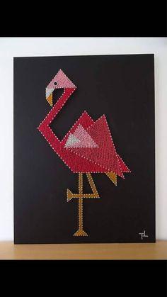 Flamant - flamingo - String art - Art filaire - inspiration. 145 mètres de fil à coudre Gutermann utilisé ( couleur moutarde, ocre, blanc , 3 déclinaisons de rose ) et 398 pointes noires 3cm en acier trempé clouées sur planche de bois peinte en noire. Dimensions : 60cm par 80cm, épaisseur 1 cm Prix : 95 euros