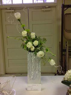 Creative line floral design. Flower arrangement gardenclubjournal.blogspot.com