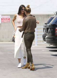 kendall-jenner-and-hailey-baldwin-at-a-pancake-house-in-west-hollywood-04-23-2015_4.jpg (1200×1655)
