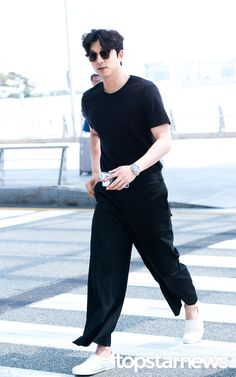 @Incheon International Airport May12, 2016 Fashion Wear, Mens Fashion, Daytime Outfit, Summer Outfits Men, All Black Outfit, Stylish Men, Minimalist Fashion, International Airport, Gong Yoo