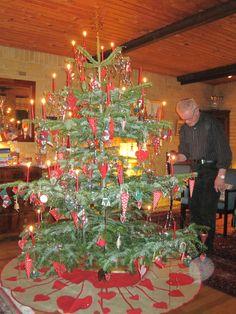 Juletræet med sin patchwork-pynt, samt juletræstæppe.