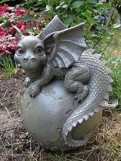 Gartendrache auf Weltkugel Drache Figur Gargoyle Cute Fantasy Creatures, Magical Creatures, Fantasy Dragon, Fantasy Art, Dragon Garden, Dragon Artwork, Clay Dragon, Cute Dragons, Dragon Statue