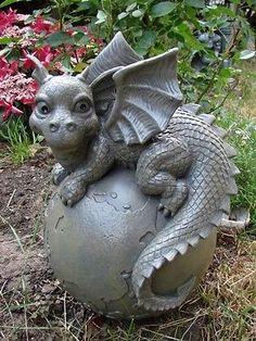 Gartendrache auf Weltkugel Drache Figur Gargoyle