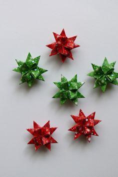 Hvězdičky z papíru 4,5 cm Velikost hvězdiček je 4,5 cm.Hvězdičky jsou určeny k dekoraci - např. jakovánoční ozdoby na stromeček, stačí zavěsit na háček a můžete ozdobit vánoční stromeček nebo vánoční větvičku, z hvězdiček také můžete vytvořit girlandu a nebo jen tak položit na vánoční stůl, lze také použít jako dekorace na věnec nebo je můžete ...