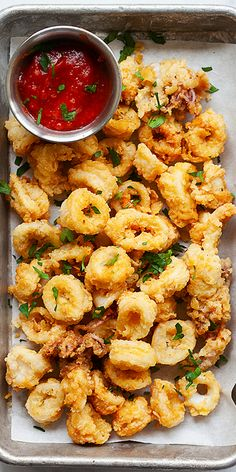 Fried Calamari - the BEST and CRISPIEST fried calamari recipe you'll find online. This recipe is so easy to make and much better than Italian restaurants. Calamari Recipes, Squid Recipes, Fish Recipes, Seafood Recipes, Asian Recipes, Healthy Recipes, Fish Dishes, Seafood Dishes, Fish And Seafood