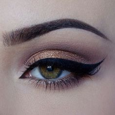 One of the most read beauty posts on Fab Fashion Fix is the - How to apply eyeliner tutorial. Because the winged eyes are classic and timeless make-up Pretty Makeup, Love Makeup, Makeup Inspo, Makeup Inspiration, Eyeshadow Brown Eyes, Winged Eyeliner, Golden Eyeshadow, Eyeliner Makeup, Black Eyeliner
