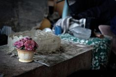 Εικόνες μιας εγκαταλειμμένης μονοκατοικίας στην Κηφισίας, που οι άστεγοι μετατρέψουν σε «σπίτι» τους, χρησιμοποιώντας σκουπίδια που βρίσκουν στους δρόμους.