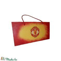 Manchester United  fa fluroeszkáló ajtó tábla, kopogtató, ajtódísz, falidísz, emléktábla futball rajongói ajándék (Biborvarazs) - Meska.hu Football Design, Football Fans, Manchester United Football, Liquor Bottles, Wall Hanger, Champagne, The Unit, Mugs, Gifts