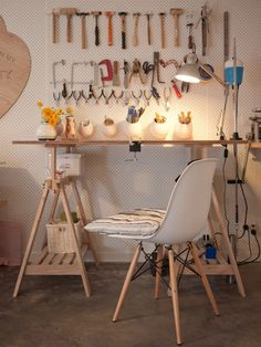 壁面全体が有孔ボード収納になっているワークスペース、職人さんの仕事のやりやすいように道具がならべてある