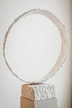 Joseph Cals - Sculpture 'Leaning oval' – Plaster / steel / sandstone – 110 x 80 x 40 cm