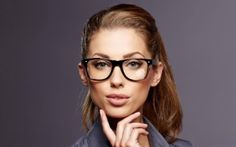 Eye makeup mistakes for girls who put on glasses Business Woman Successful, Business Women, Executive Woman, Makeup Mistakes, Lifestyle Articles, Smart Women, Hair Hacks, Hair Tips, Eye Makeup