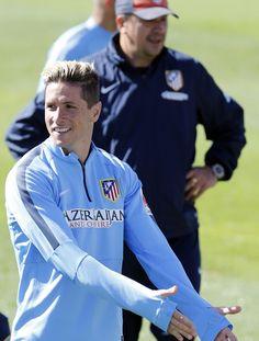 """""""Fernando Torres bromea con sus compañeros ante la presencia de Germán Burgos."""" ( 22 de Mayo de 2015. Foto: Á.G. / Atlético de Madrid)"""