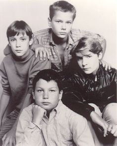 STAND BY ME cast - Wil Wheaton as Gordie Lachance, River Phoenix as Chris Chambers, Corey Feldman as Teddy Duchamp and Jerry O'Connell as Vern Tessio 90s Movies, Iconic Movies, Good Movies, Movie Tv, King Kong, Gordie Lachance, River Phonix, Jerry O'connell, Corey Feldman