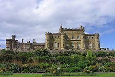 Szkocja - Zamek Culzean w hrabstwie Ayrshire, regularnie nawiedza aż siedem nocnych zjaw, które za życia były z nim bardzo mocno związane. Są wśród nich mała dziewczynka (dawna służąca), duch zamordowanej w tzw. Zielonym Pokoju księżniczki, która do tej pory stale przestawia meble w rezydencji, oraz nucący smętne pieśni w podziemiach zamku dudziarz, przodek należący do rodu właścicieli.