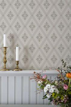 Under 1800-talets andra hälft började tapetindustrin att växa i Sverige. Industrialiseringen med den nya tapettekniken gjorde att det gick att tillverka fler och större kollektioner av tapeter. Den växande befolkningen ökade efterfrågan på billiga tapeter och man började mer allmänt att tapetsera. Scandinavian Home Interiors, Girl Bedroom Designs, Antique Decor, Living Room Sofa, Home Decor Inspiration, Wall Design, My Dream Home, Sweet Home, New Homes