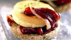 Toasts au magret, miel et chèvre _ http://www.cuisineaz.com/dossiers/cuisine/toasts-aperitif-noel-13885.aspx
