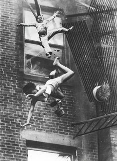 1975年 「Blaze (火災)」 ボストンのアパートで発生した火災から逃げるためビルから転落してしまった女性と娘。