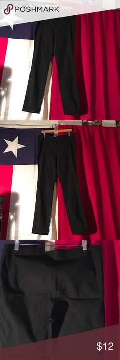Thin leg stretch waist pant Fitted pant. Stretch waist. Flattering fit. Tapper at ankle. Super cute! Great condition. Studio M Pants