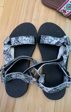 Super comfy Still good condition, can use anywhere Size small— I'm a seven and they fit but could fit 6-7 in women's Pink Sandals, Comfy, Fit, Shoes, Fashion, Moda, Zapatos, Shape, Shoes Outlet