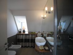 In the attic: the transformation of a local technician in an original and cozy apartment. In the picture a detail of the bathroom