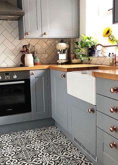 2019 Small Kitchen Ideas & Solutions image No : 6 Different and interesting kitchen design, … New Kitchen Cabinets, Old Kitchen, Kitchen On A Budget, Home Decor Kitchen, Kitchen Countertops, Kitchen Small, Kitchen Units, Soapstone Kitchen, Coloured Kitchen Cabinets