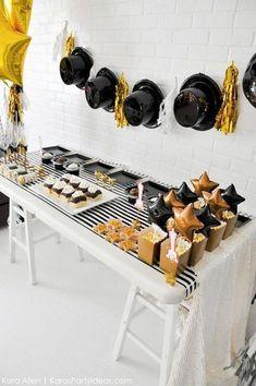 Award Show Party via Kara's Party Ideas Decoration Birthday, Decoration Table, Michael Jackson Party, Movie Party, Broadway Party, Hollywood Theme, Snacks Für Party, Oscar Party, Party Themes