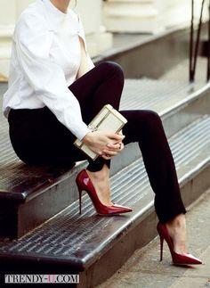 Белая рубашка, черные брюки, красные туфли
