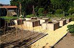Jardin en carré avec des panneaux de coffrage usagé
