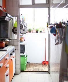 Stangen mit Haken sind die perfekte Wandaufbewahrung in kleinen Küchen.