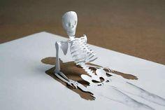 「HalfWayThrough3」  1967年デンマーク生まれのアーティストピーター・コールセン(Peter Callesen) の作品。