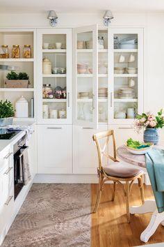 Cocina blanca con vitrina y office_ 00455156