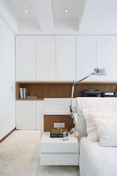 *Lage achterwand bed, kastenwand tegen muur voor kleding. Spotjes in plafond boven kastenwand.