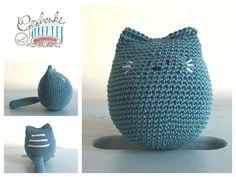 Tunella's Geschenkeallerlei präsentiert: Vroni - gehäkelte Katze - verträgt viel Kinderliebe (drücken, knautschen, wuzeln, schmusen erwünscht) #TunellasGeschenkeallerlei #Häkelei #Katze #Baby #Geschenk Piggy Bank, Etsy Seller, Crochet Hats, Creative, Crochet Stuffed Animals, Baby Favors, Goodies, Playing Games, Cats