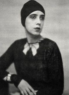 1927 Elsa Schiaparelli crée le premier pullover tricoté main à motif trompe l'œil qui est un succès immédiat. En noir et blanc, noir et couleurs vives, à motifs de nœud, de formes géométriques, de squelette, de cœurs transpercés, de tatouage de marin ou de tortue abstraite, le pull est adopté par actrices et célébrités de l'époque. Vogue le qualifie de chef d'œuvre. Les Etats-Unis s'en emparent immédiatement pour en faire un best-seller.