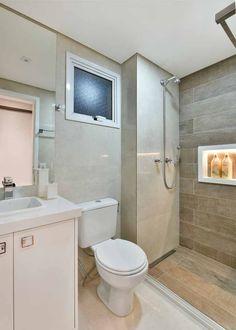 banheiro, espelho colado, bancada branca de quartzo, armário branco, porcelanato bege, porcelanato que imita madeira, torneira cascata, nicho de shampoo iluminado em l